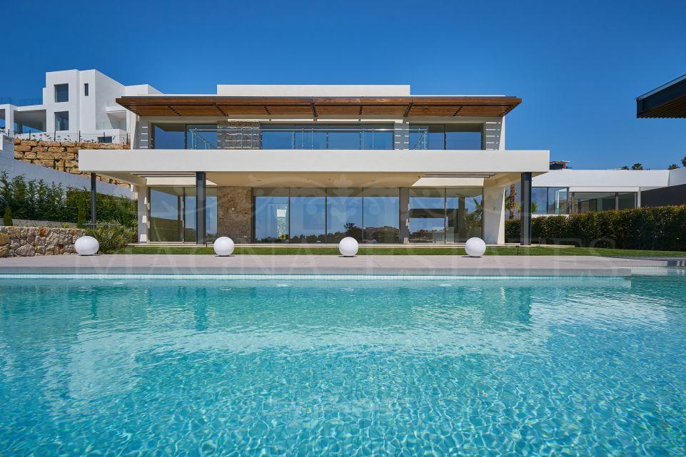 Beautiful villa on the edge of the golf course in La Alquería, Benahavís.