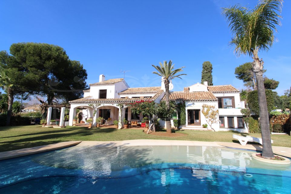 Villa de estilo andaluz a 100 metros de la playa en Estepona
