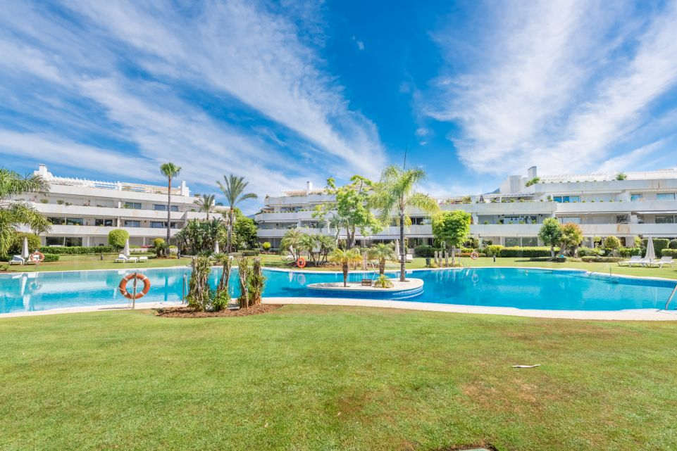 Ground floor 3 bedroom apartment in Los Granados Golf, Nueva Andalucía