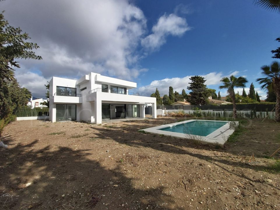 Brand new newly built villa within walking distance of the beach in Casasola - Atalaya, Estepona