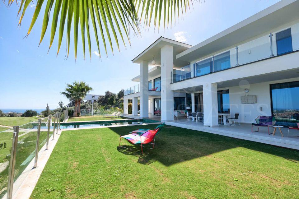 Frontline golf villa with sea views in La Alquería, Benahavís