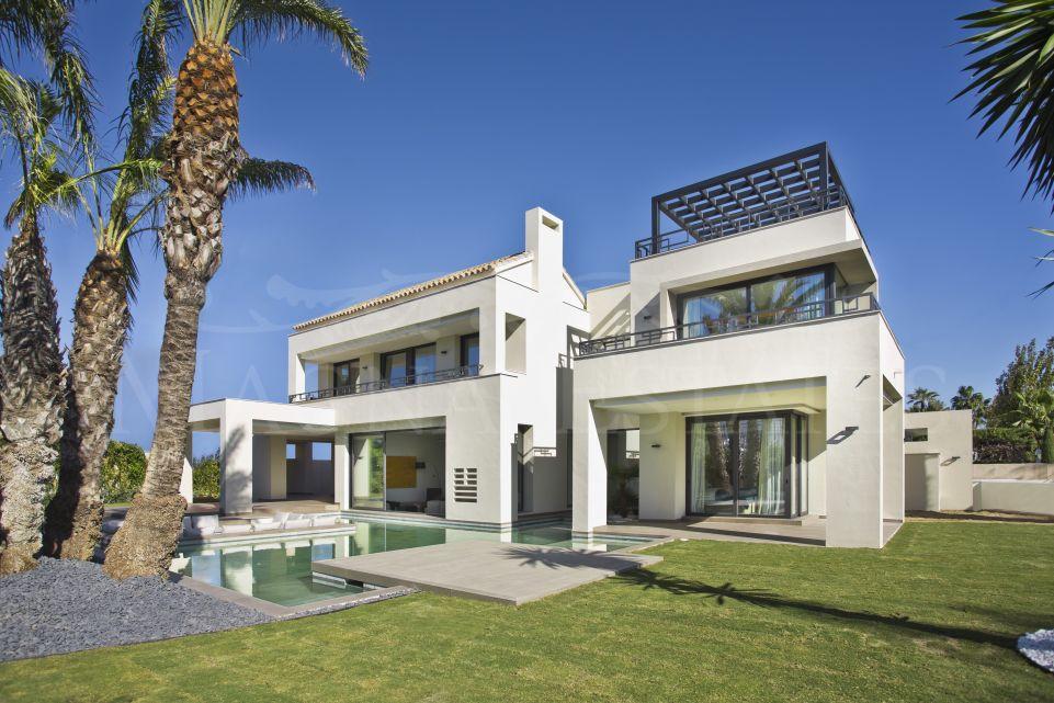 Villa a estrenar en segunda línea de playa en Casasola, Guadalmina Baja.