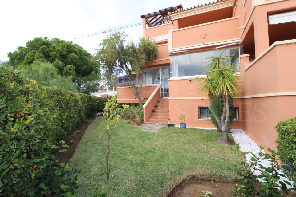 Acogedor apartamento dúplex con jardín en el corazón de Nueva Andalucía
