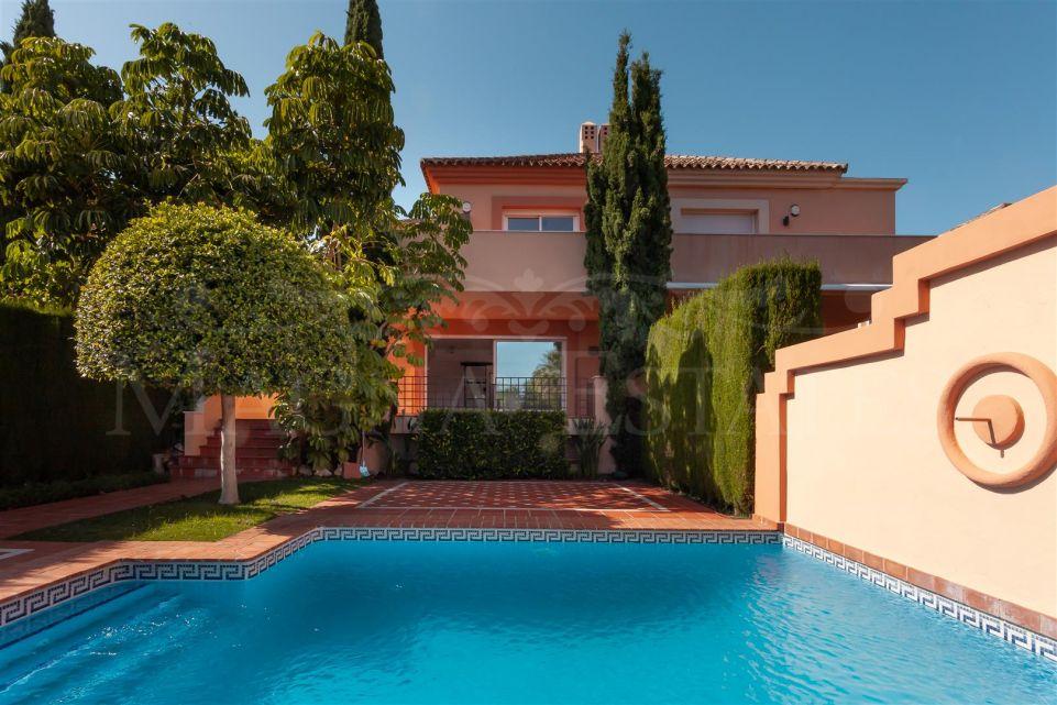 Spacious semi-detached villa in Altos de Puente Romano, on Marbella's Golden Mile