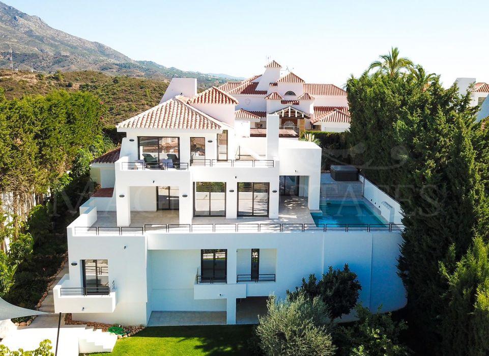 Villa totalmente renovada en Nueva Andalucía, con vistas al mar y la montaña
