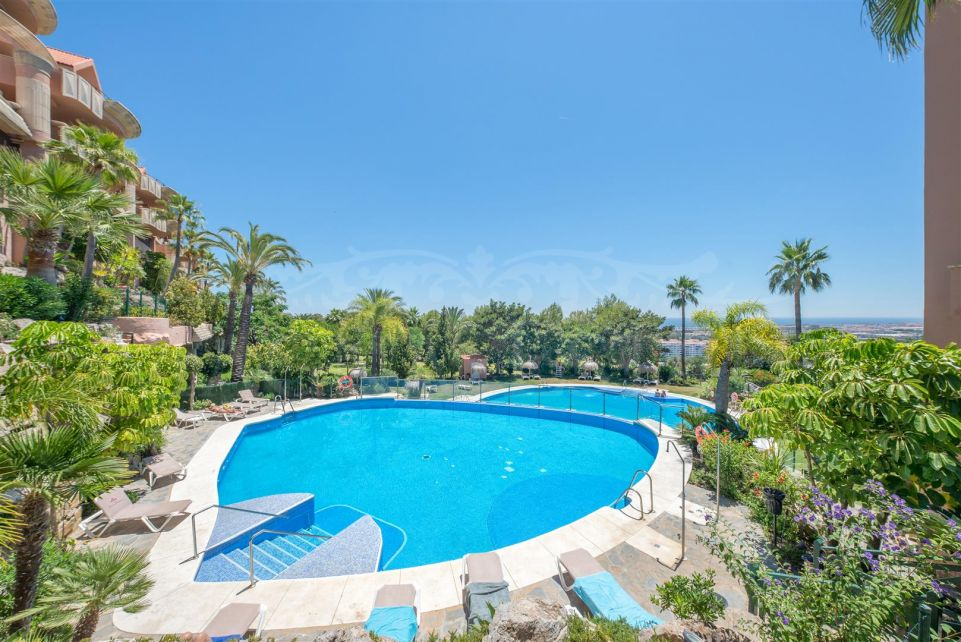Apartment with views to the sea and Gibraltar in Magna Marbella at an excellent price