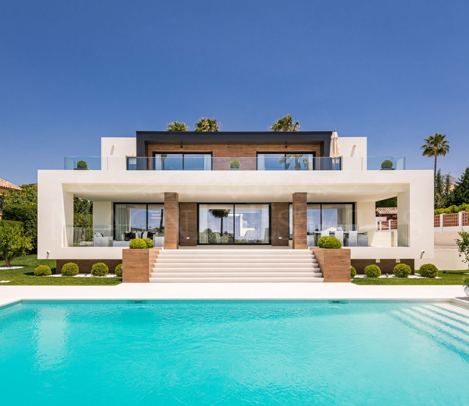 Imposing villa on the first line of the Los Naranjos golf course in Marbella