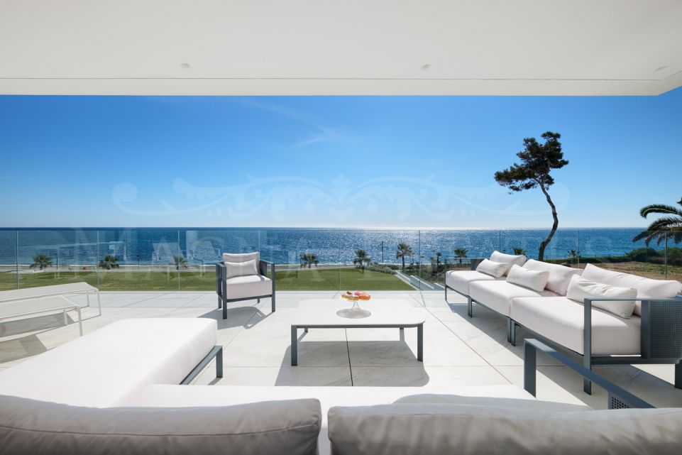 Lujoso apartamento en primera línea de playa en Emare, Estepona