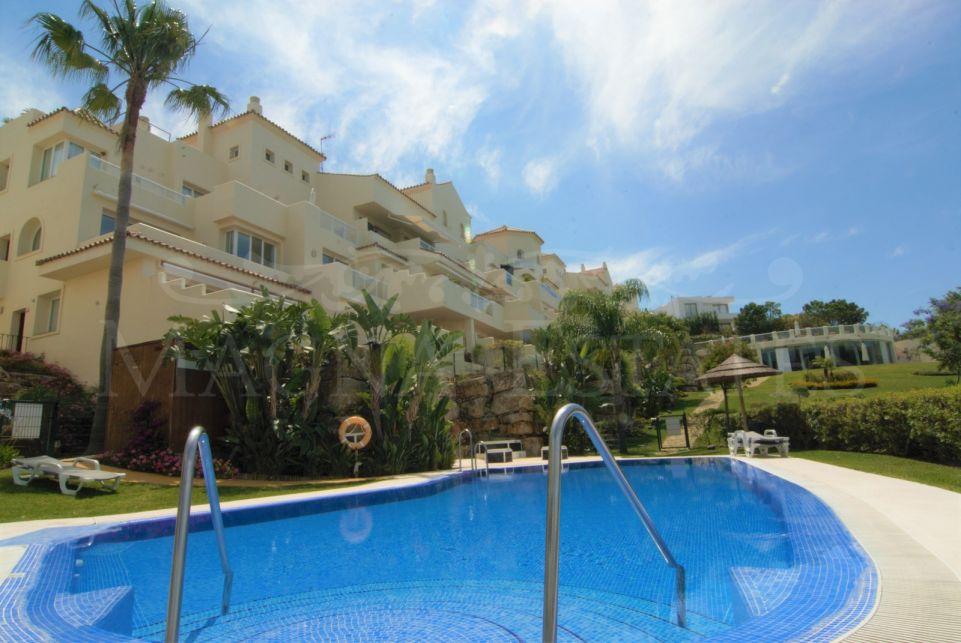 Ático dúplex de esquina con 4 dormitorios y vistas al mar en Benahavís