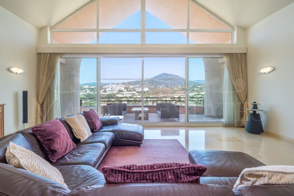 Large renovated duplex penthouse in Magna Marbella