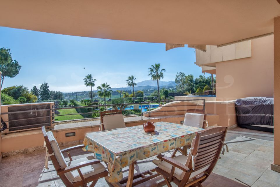 Apartment with golf membership and sea views in Magna Marbella
