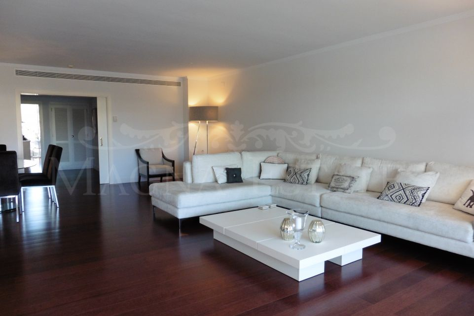 Exclusive apartment with 4 bedrooms and high quality in Nueva Andalucía