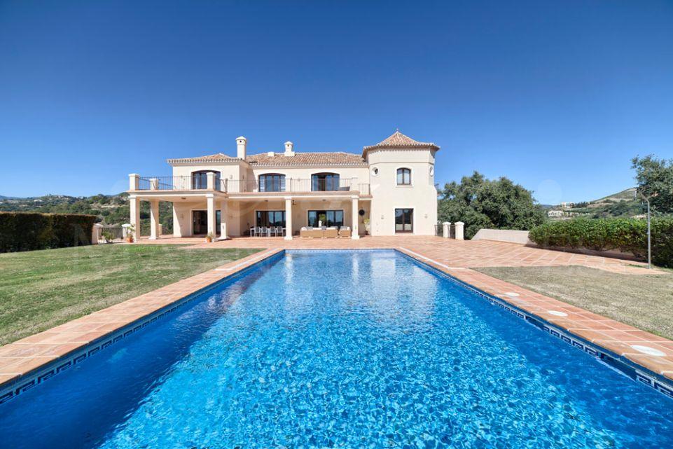 Villa señorial con vistas al mar y la montaña en Marbella Club
