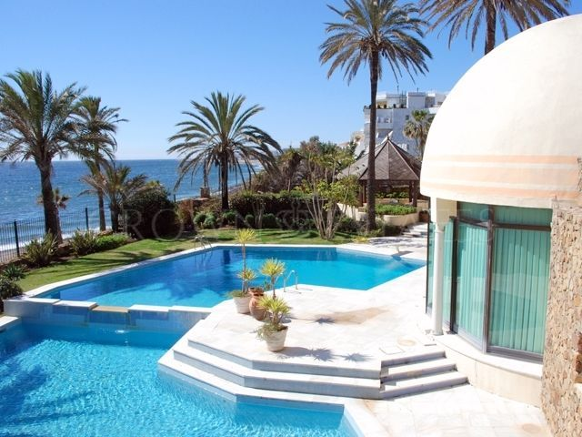 Impressive Frontline Beach Palace on the Golden Mile