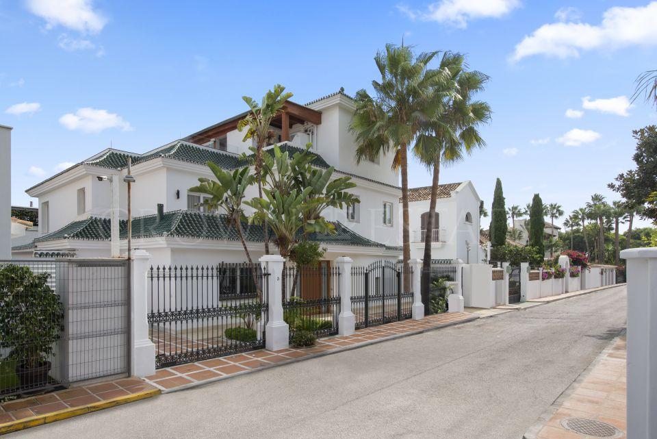 Fully renovated second line beach villa in Puente Romano