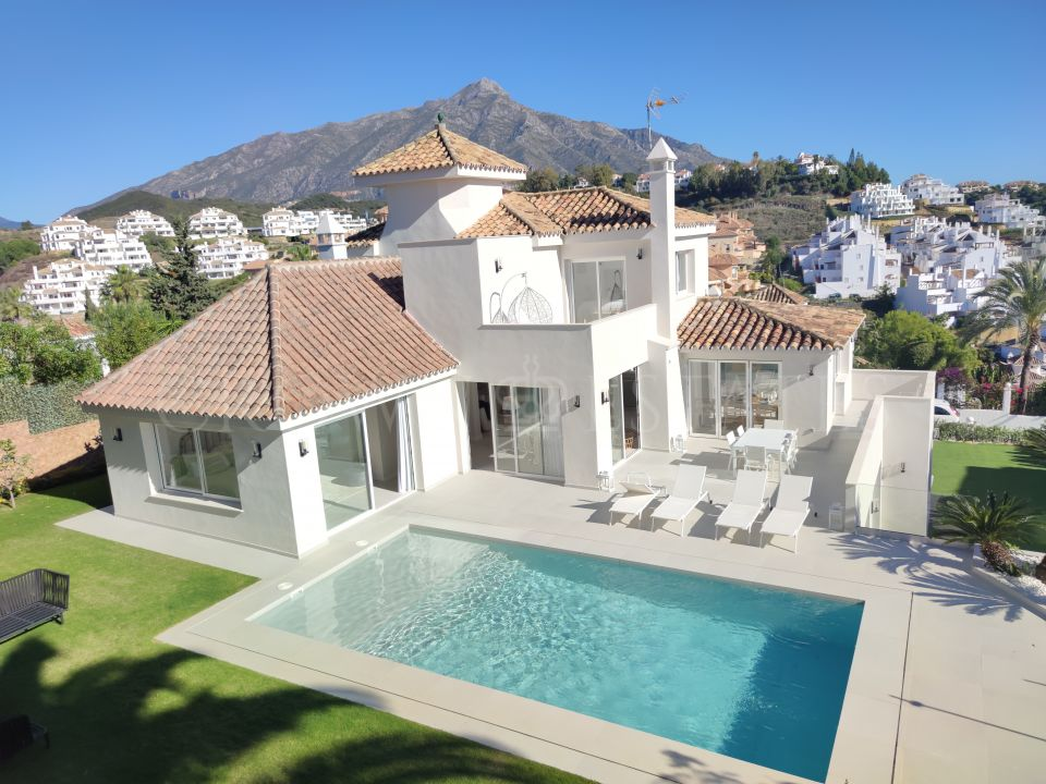 Immaculate villa in Los Naranjos Hill Club