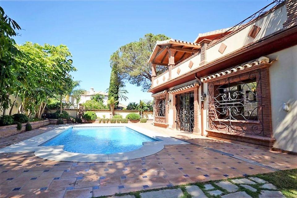 Villa for sale in El Presidente, Estepona