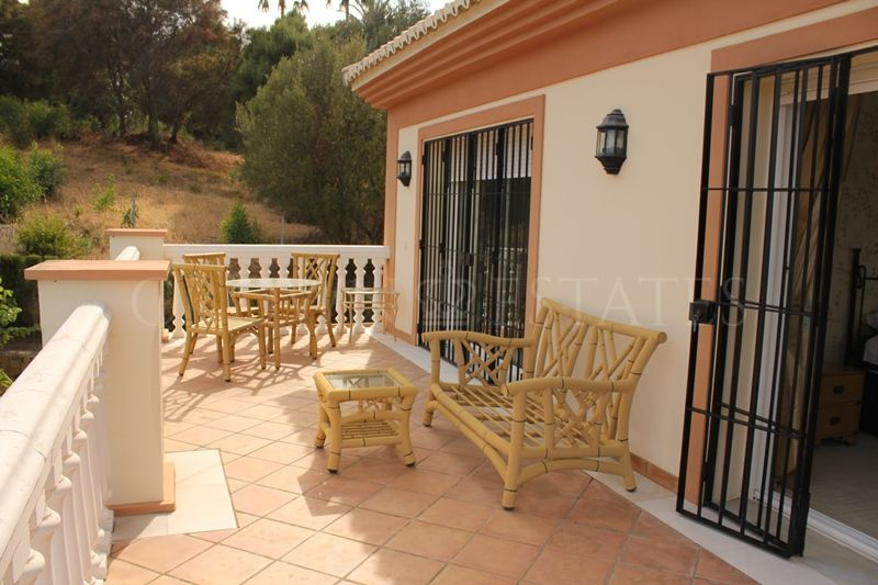 South west facing villa 6 bedrooms for rent in Nueva Andalucia Atalaya Rio Verde