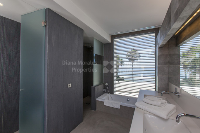 Contemporary Beachfront Jewel - Villa for sale in Los Monteros, Marbella East