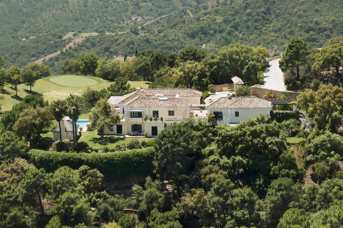 Benahavis, Villa in La Zagaleta with sea, golf and mountain views