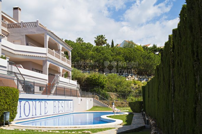 Benahavis, Ground floor apartment with sea views
