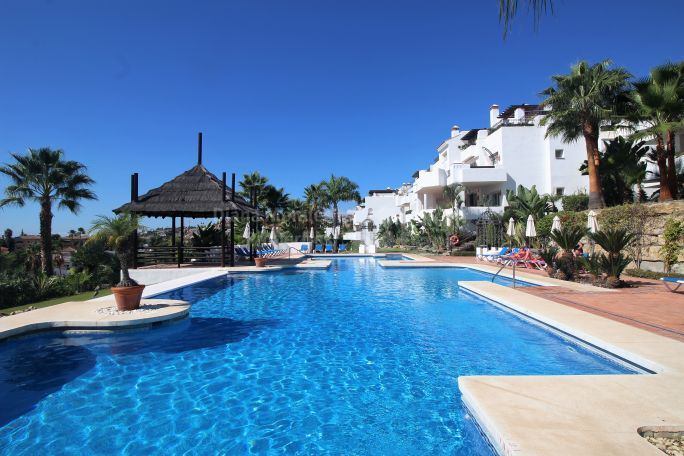 Nueva Andalucia, Elegant apartment with pool and sea views