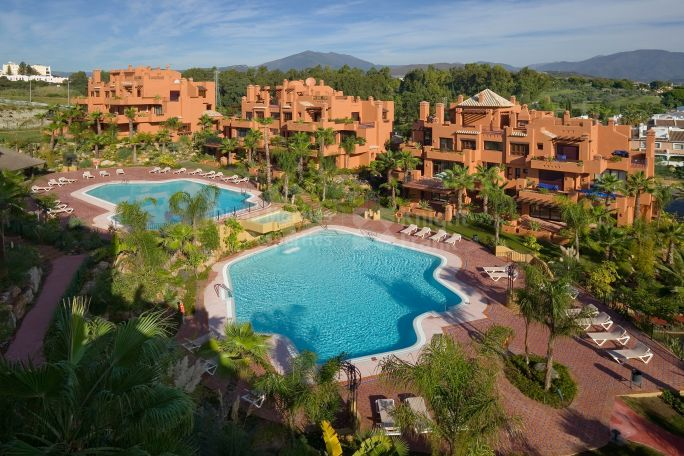Nueva Andalucia, 2-bedroom Garden Apartment in Complex near Puerto Banús