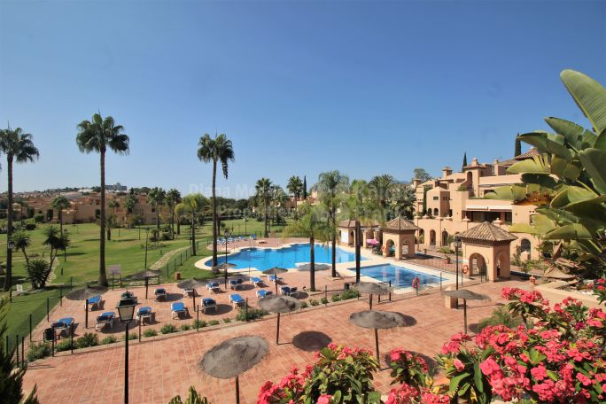 Estepona, Exquisite penthouse near golf in secure gated community