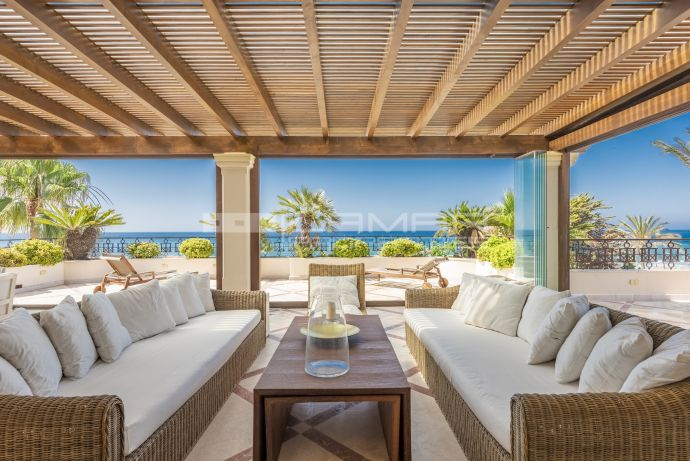 Beachfront penthouse in Los Monteros, Marbella