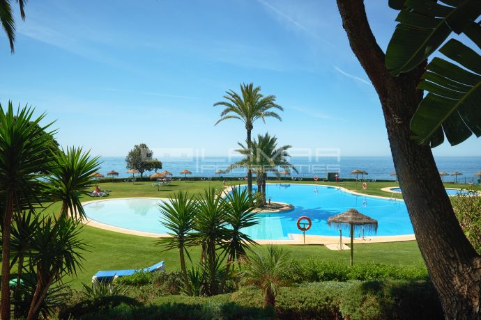 Frontline beach apartment in Puerto de Cabopino, Marbella