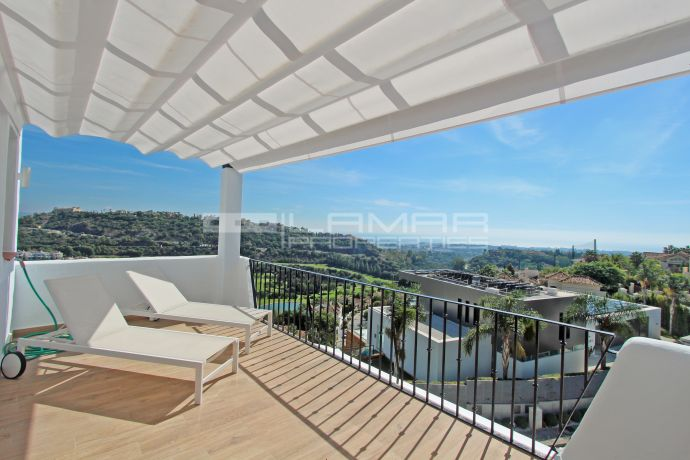 Townhouse with panoramic views to the coastline in Los Arqueros
