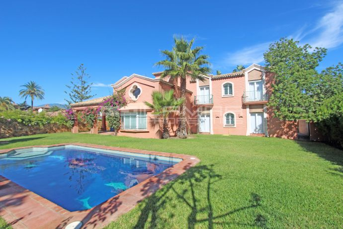 Beachside villa in El Paraiso - Estepona