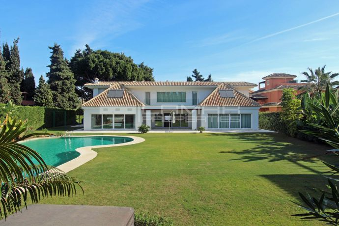 Beachside and modern style villa in Los Monteros - Marbella