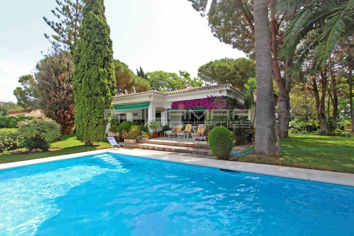 Villa in a large double plot with sea views in Elviria - Marbella