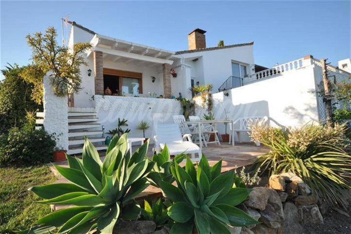 Estepona, Fully refurbished sun bathed 3 bedroom villa set on 417m2 of land with access to 5 swimming pools