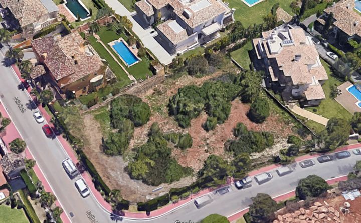 Well located spacious plot with project and building permission for sale in Sierra Blanca, Marbella