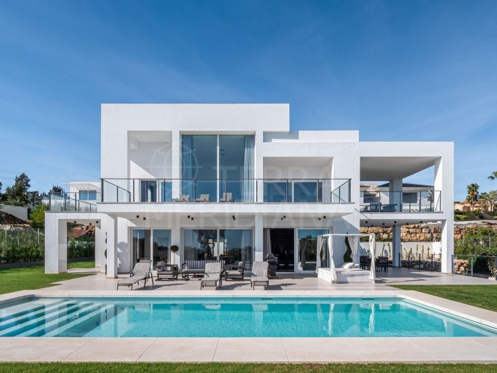 Magnificent modern style villa with 4 bedrooms and sea views for sale in La Quinta, Benahavis
