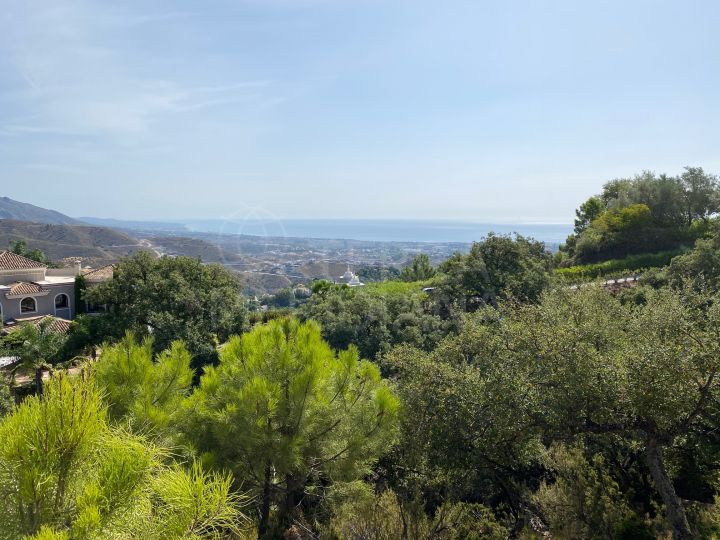 Elevated plot with beautiful sea and mountain views for sale in La Zagaleta, Benahavis