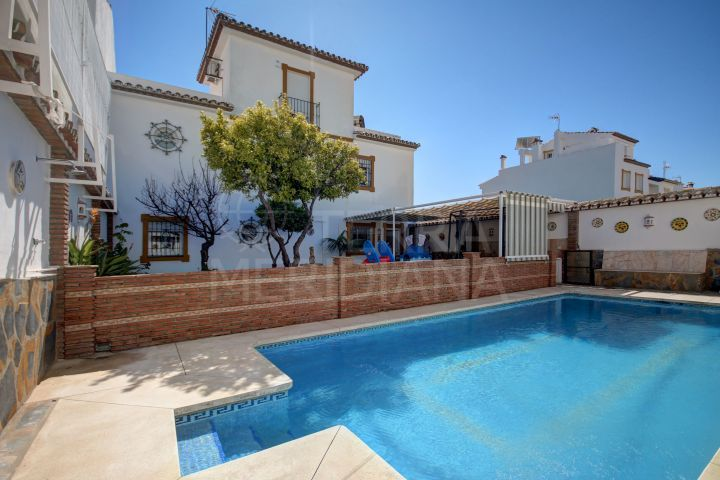 Spacious semi-detached villa with 5 bedrooms and sea views for sale in Estepona centre