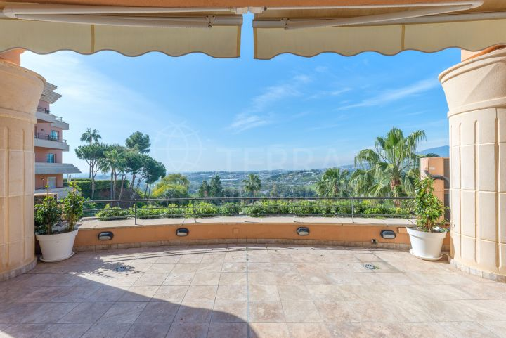 Duplex penthouse with 3 bedrooms and sea views for sale in Nueva Andalucia, Marbella
