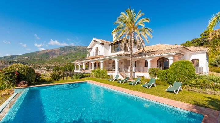 Magnificent stately villa with 5 bedrooms for sale in La Zagaleta, Benahavis
