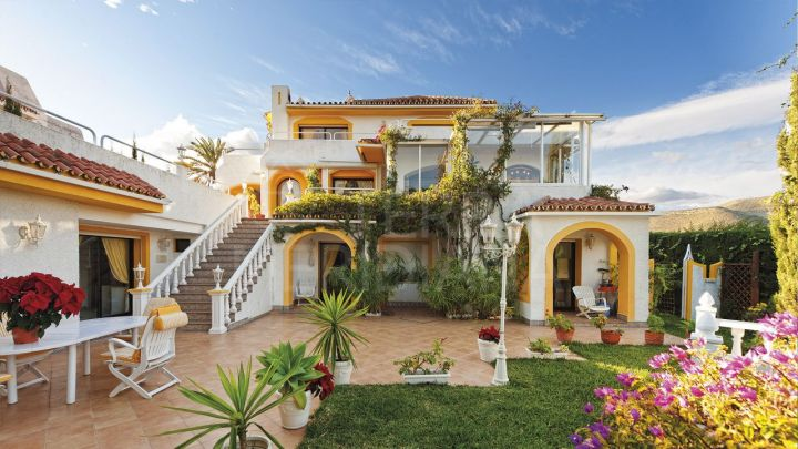 Beautiful Mediterranean style villa with 5 bedrooms and sea views for sale in Nueva Andalucia, Marbella