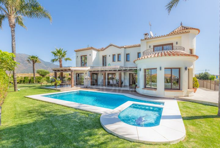 Beautiful Mediterranean style villa with 4 bedrooms and open sea views for sale in Seghers, Estepona