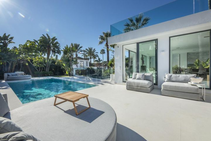 Beautiful contemporary style refurbished villa with 4 bedrooms for sale in Nueva Andalucia, Marbella