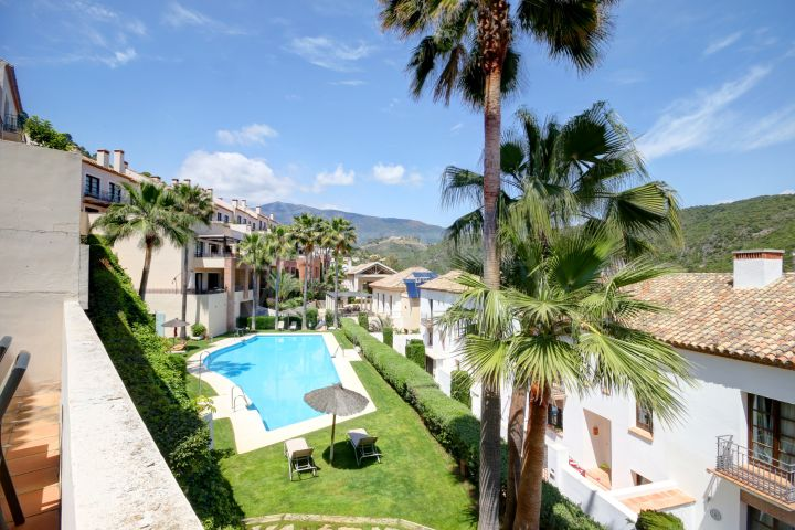 Beautiful 5 bedroom apartment with stunning mountain views for sale in Benahavis