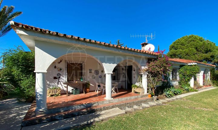 Country estate with 3 indepedent houses in need of reform for sale in Selwo, Estepona
