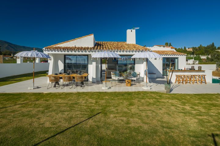 Beautifully reformed 3 bedroom villa with sea views for sale in Puerto Romano, Estepona