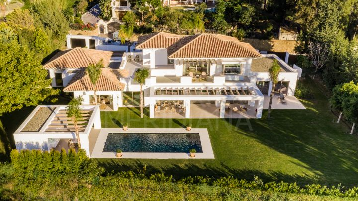 Beautiful modern style luxury villa with 5 bedrooms for sale in El Paraiso, Estepona New Golden Mile