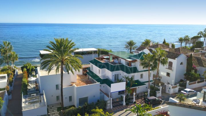 Spectacular second-line beach luxury villa with 4 bedrooms for sale in Puente Romano, Marbella Golden Mile