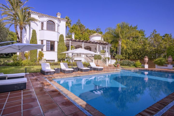 Fabulous 5 bedroom luxury villa on a large plot for sale in Estepona's New Golden Mile